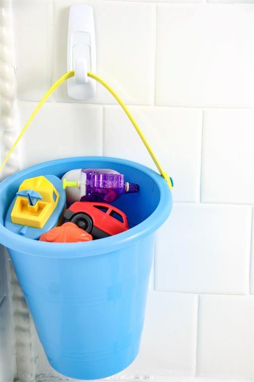 How Adhesive Strips and Hooks Will Organize Your Bathroom