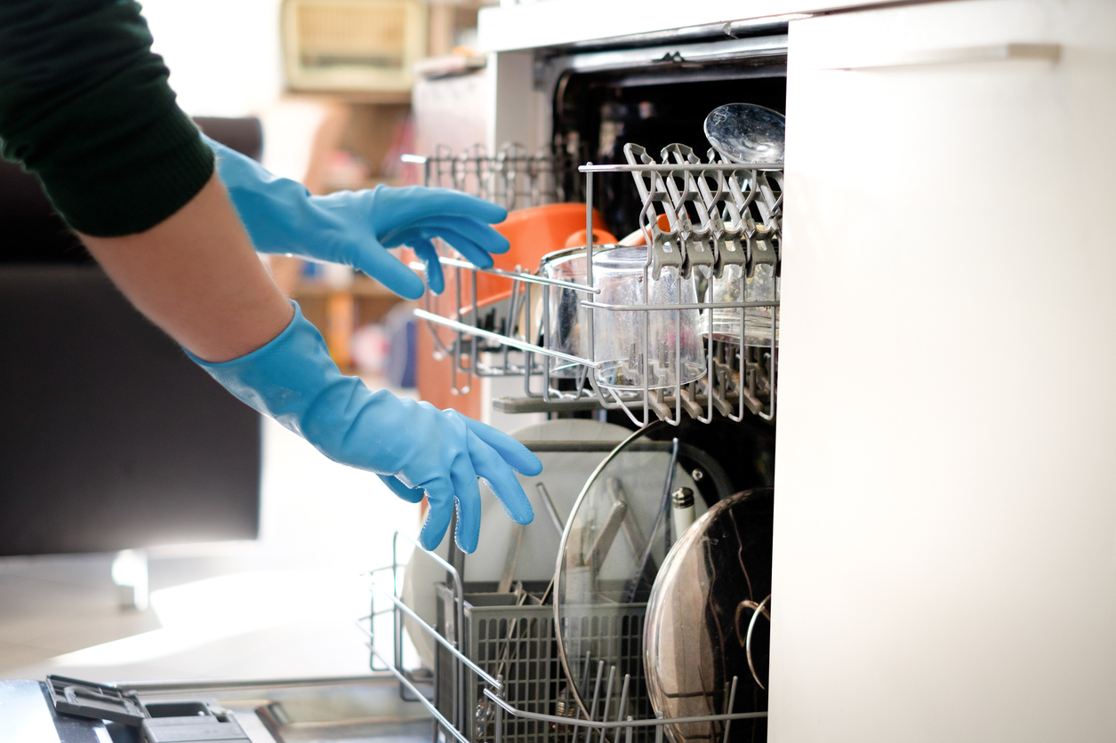 Put a Bowl of Vingar in Your Dishwasher, here's why